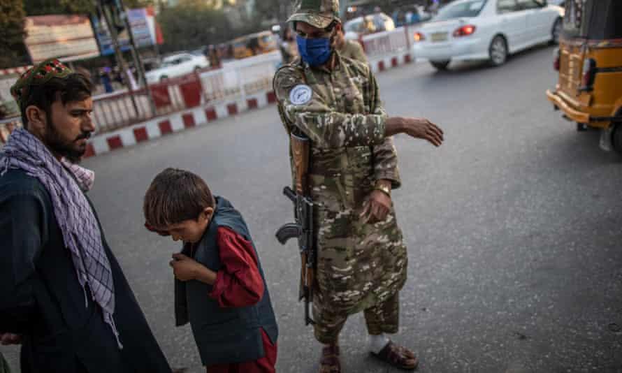 'No queremos que la gente entre en pánico', dice el jefe de la policía moral de los talibanes
