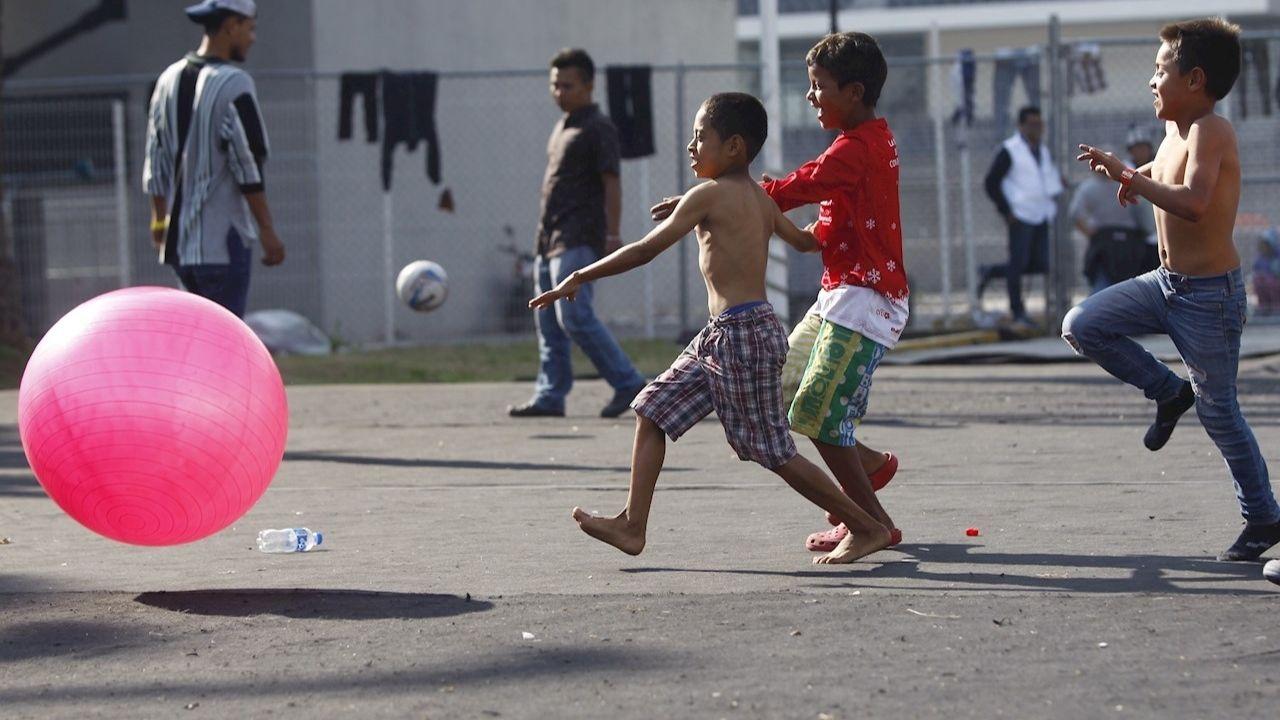 Niñas y niños migrantes: DIF estatales los reciben en albergues saturados