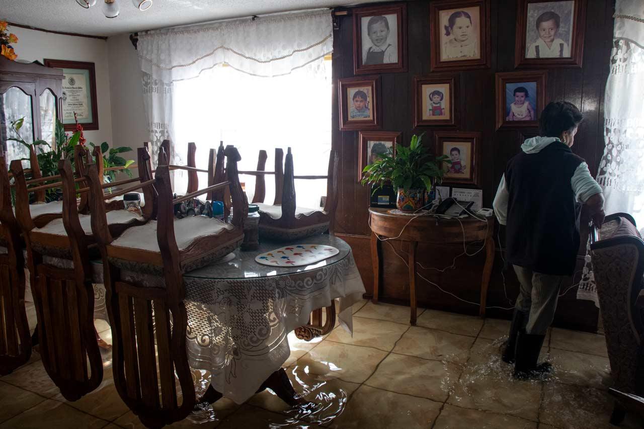 'Sin nuestros hijos, nada más nos habría quedado sufrir': Adultos mayores padecen inundaciones en Ecatepec