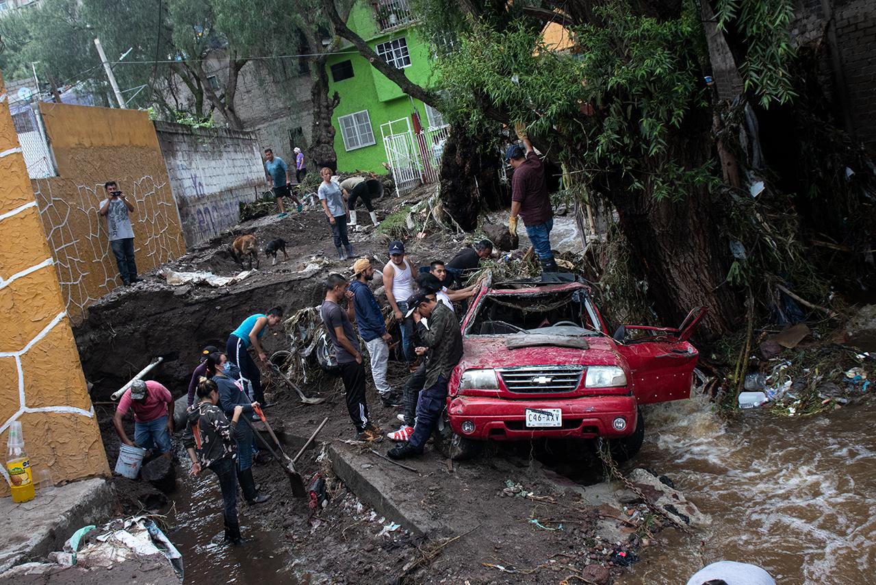 Las lluvias en Ecatepec 'borran' una calle en la colonia Tierra Blanca