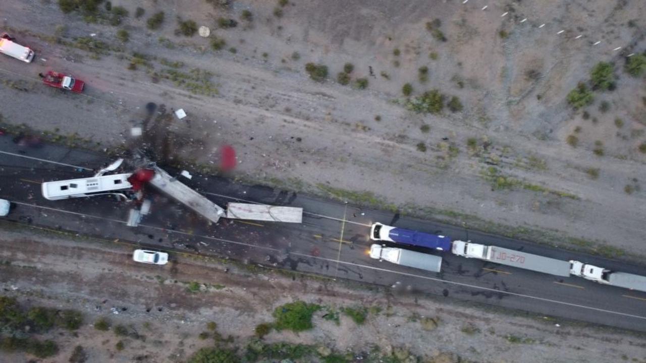 Accidente en Sonora: Choque de autobús y tráileres deja 16 muertos