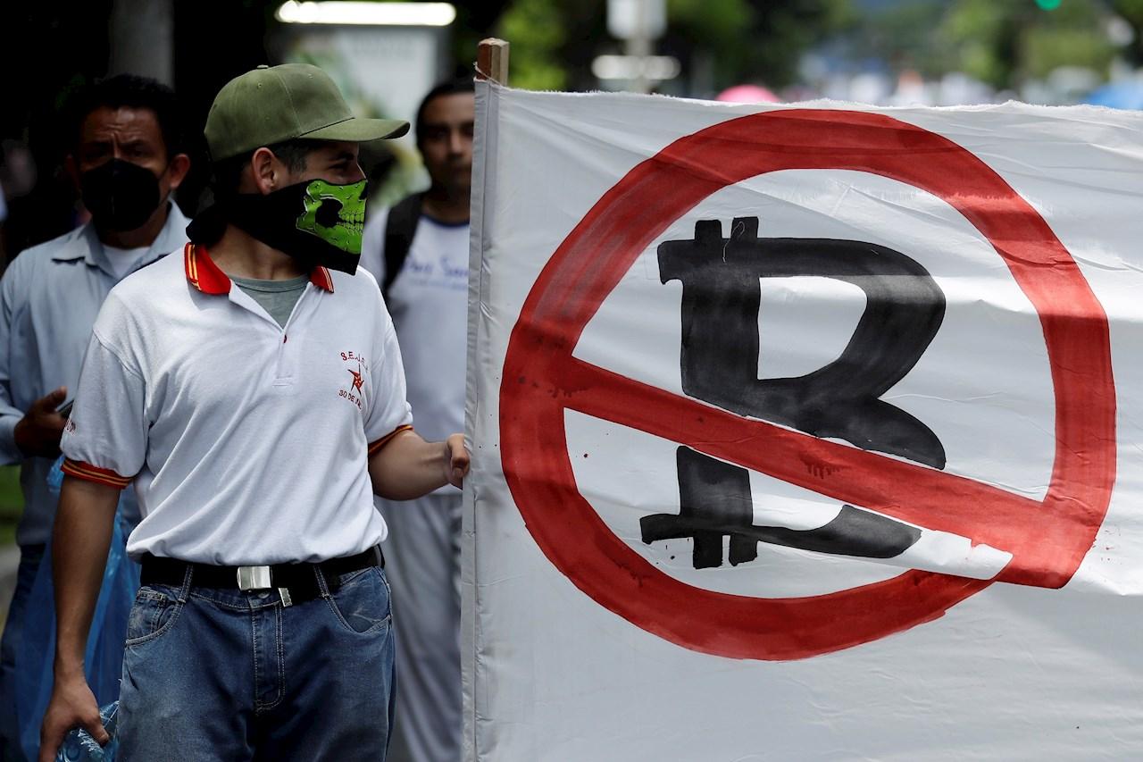 El debut del bitcoin como moneda del Salvador: devaluación y protestas
