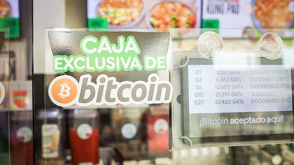 Los comerciantes aún desconfían y siguen aprendiendo del Bitcoin en El Salvador