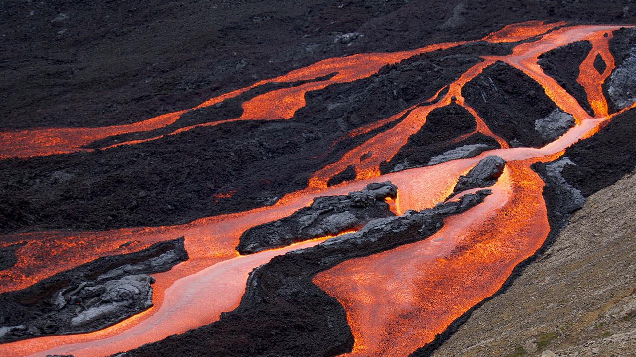 Un volcán Islandia marca récord luego de seis meses en erupción