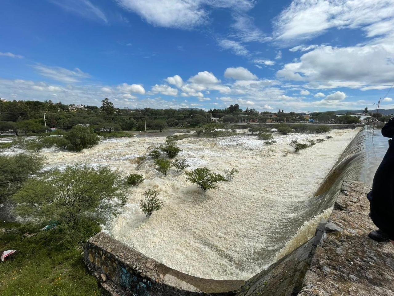 Una presa se desborda y deja inundaciones en Tequisquiapan, Querétaro