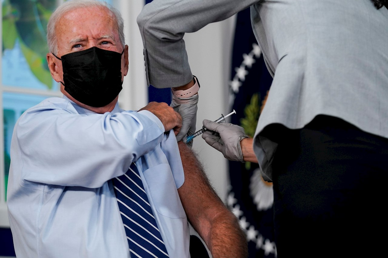 Biden recibe la tercera dosis de la vacuna contra el Covid-19 de Pfizer