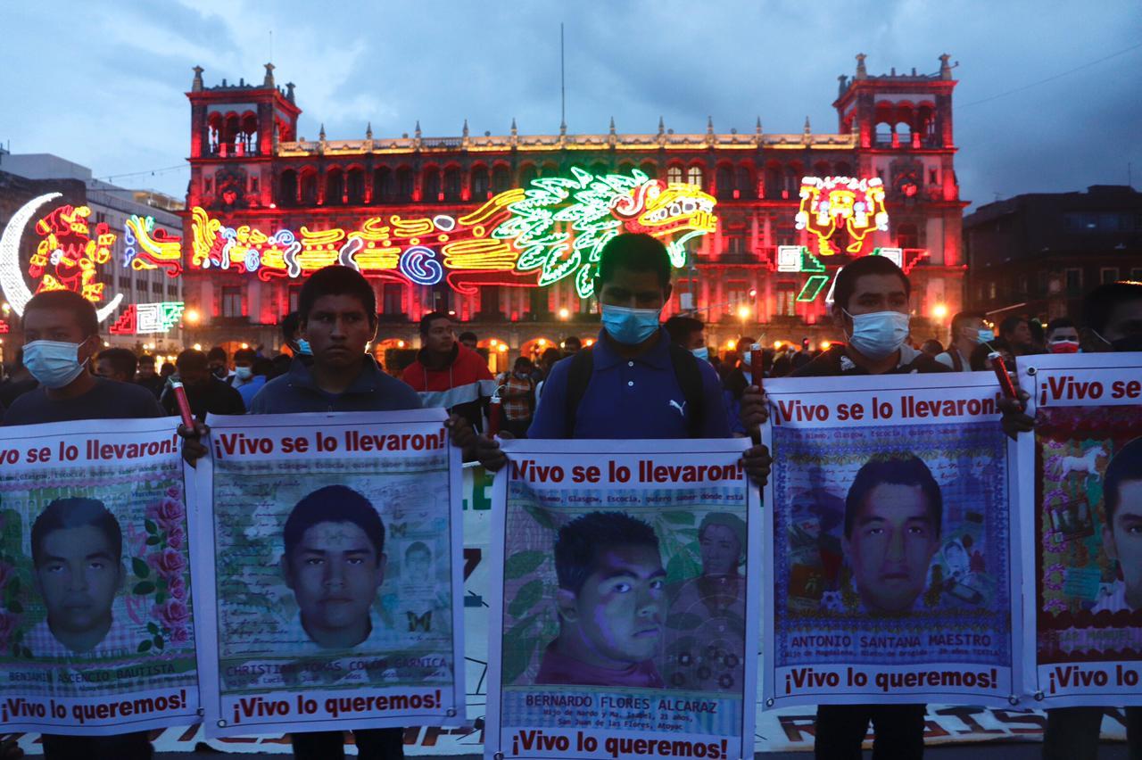 Miles exigen justicia por los 43 de Ayotzinapa, a 7 años de su desaparición