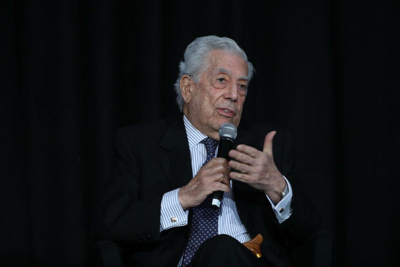 """Mario Vargas Llosa cuenta """"la verdad"""" en serie sobre su vida"""