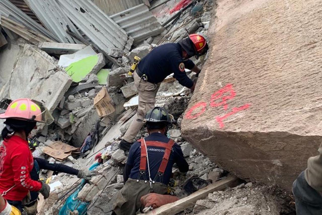 Rescatistas hallan los cuerpos de Paola y su hijo en escombros del Chiquihuite