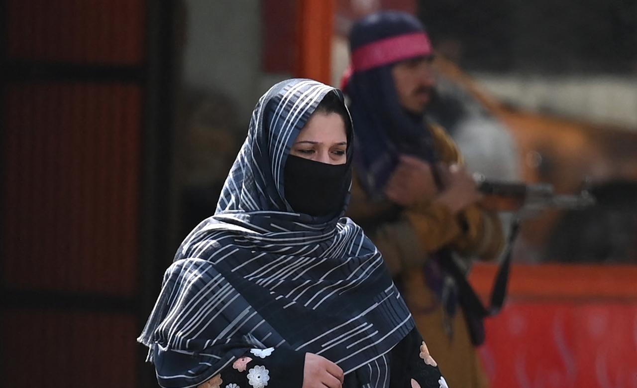 Universitarias afganas deberán cubrir rostro y cuerpo, y no convivir con hombres