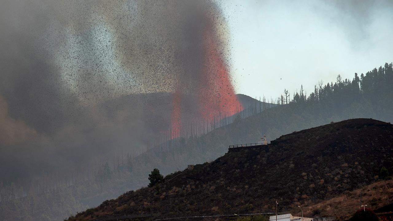 El avance de la lava del volcán Cumbre Vieja hacia el mar desata temor a gases tóxicos