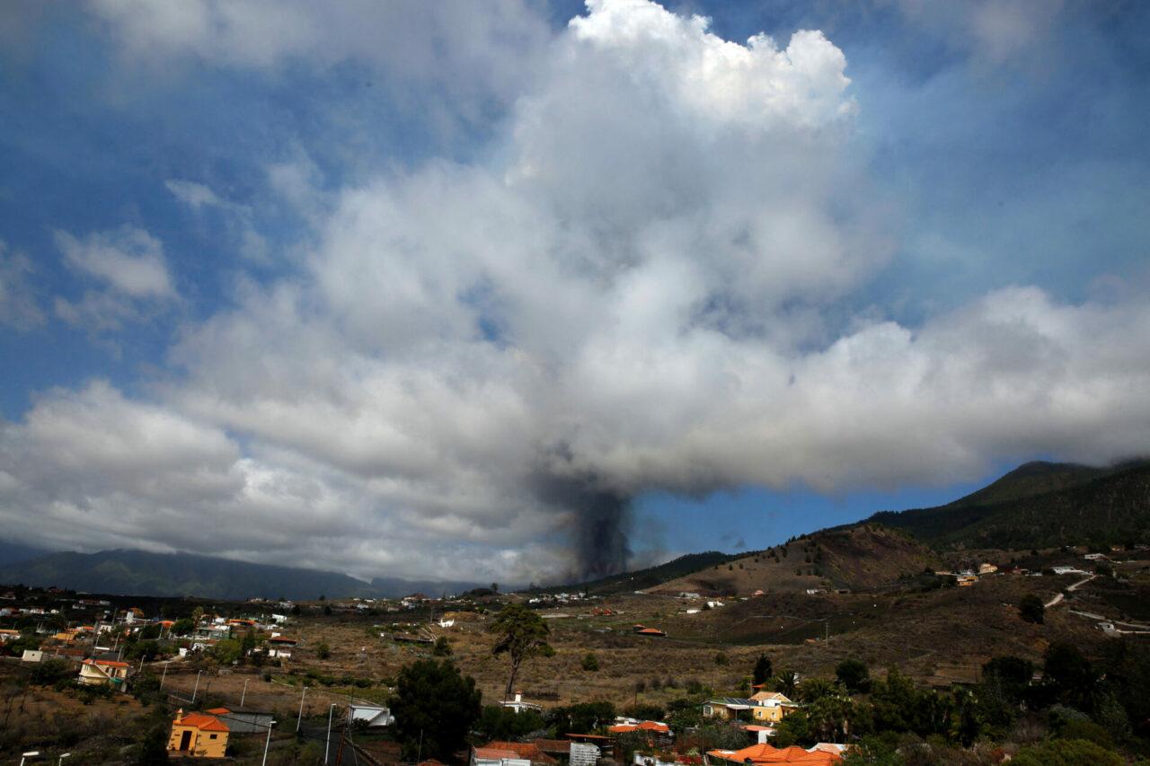 Volcán de la isla La Palma, España, hace erupción