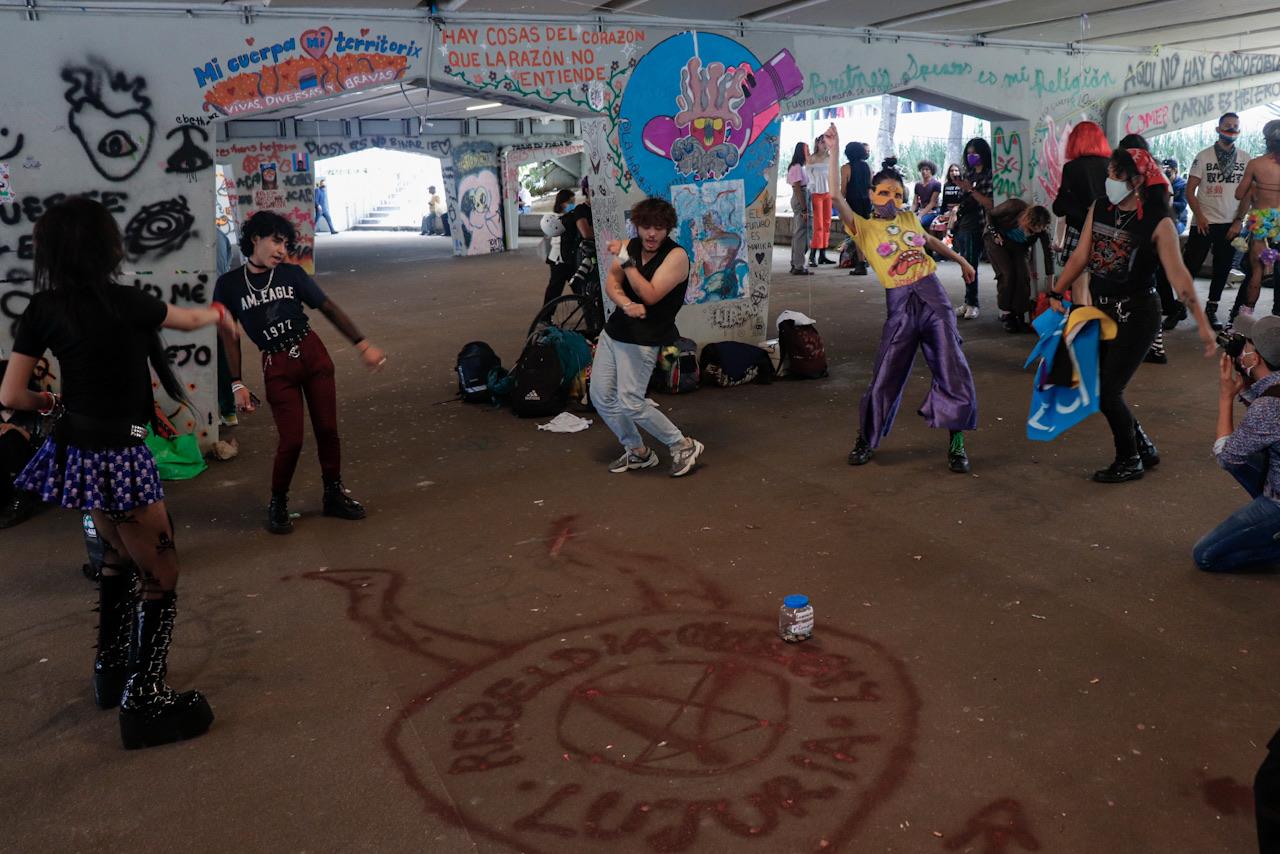 Fotogalería: Con baile y canto, integrantes de 'La Tianguis' protestan pacíficamente en CDMX