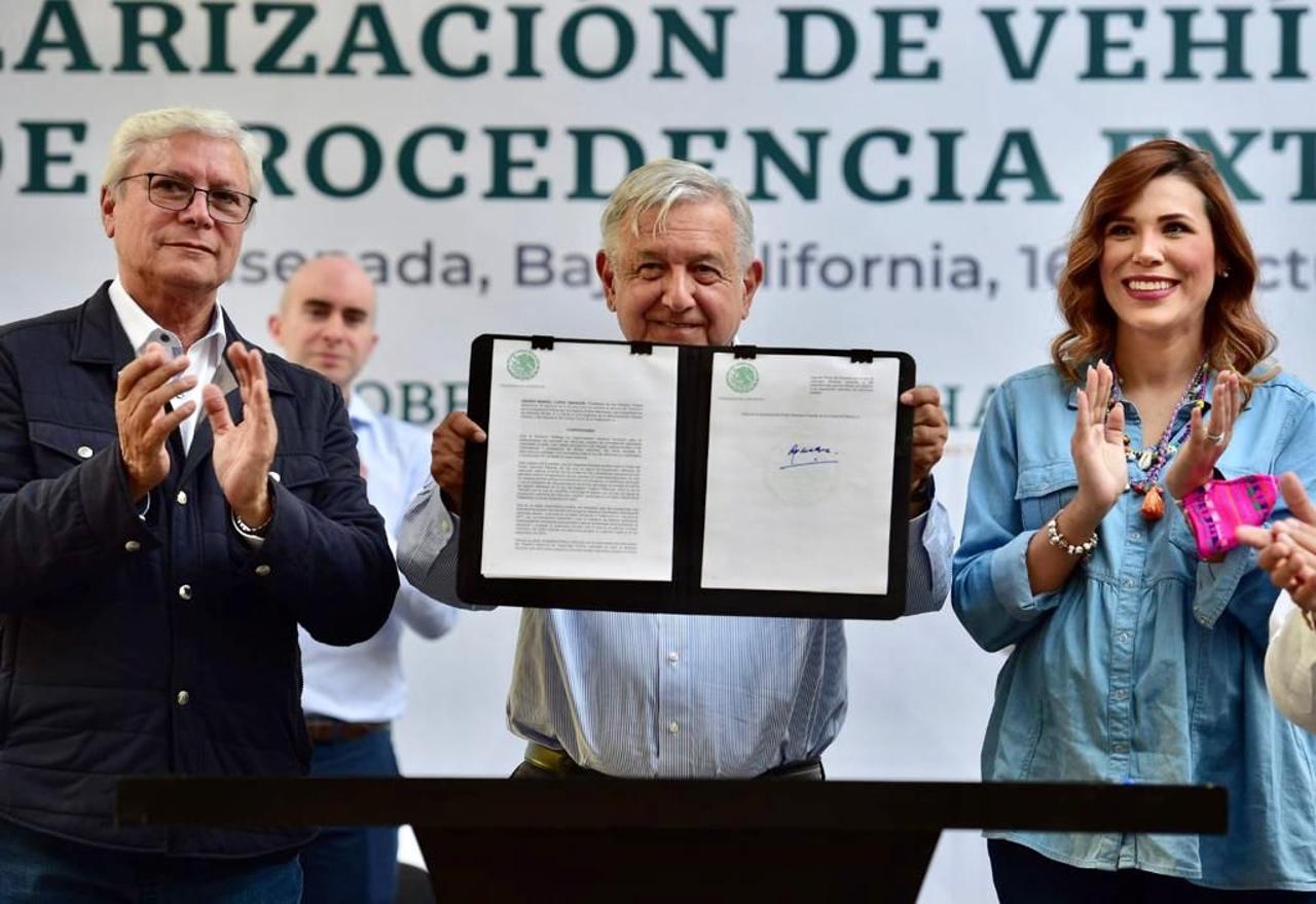 AMLO firma el decreto de regularización de 'autos chocolate'