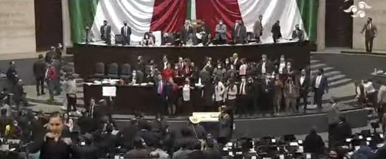 Diputados se agarran a golpes en medio de discusión de la miscelánea fiscal