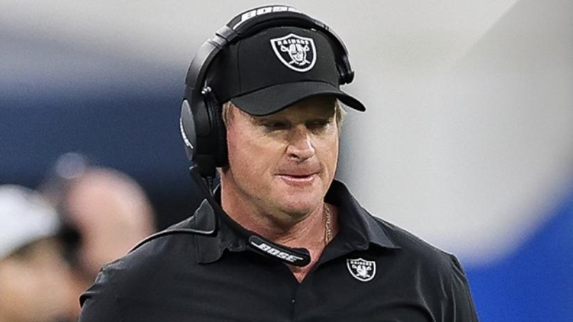 El coach de Raiders renuncia por correos racistas, misóginos y homofóbicos