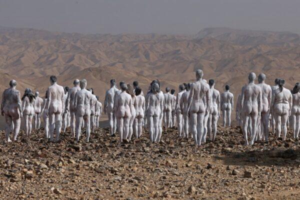 Spencer Tunick recrea pasaje bíblico con desnudo en el Mar Muerto