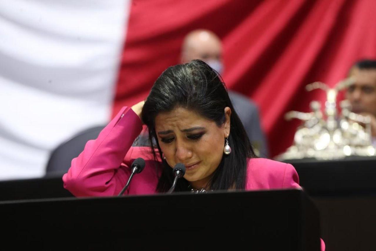 Diputada rompe en llanto al presentar iniciativa contra tráilers de doble remolque